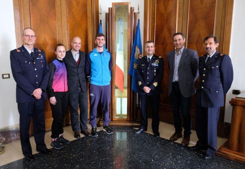 Foto di gruppo dei relatori con la bandiera dIstituto della Scuola Specialisti scaled CASERTA   SANDRO CUOMO, CT DELLA NAZIONALE DI SPADA, AL SEMINARIO DELL'AERONAUTICA MILITARE