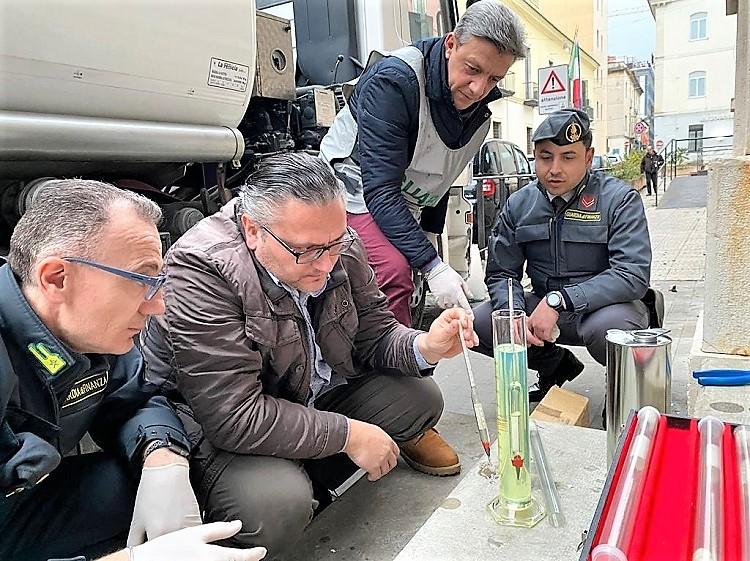 GDF CE 2 GdF CASERTA SEQUESTRA AUTOCISTERNA CON 11 TONNELLATE DI GASOLIO DI CONTRABBANDO