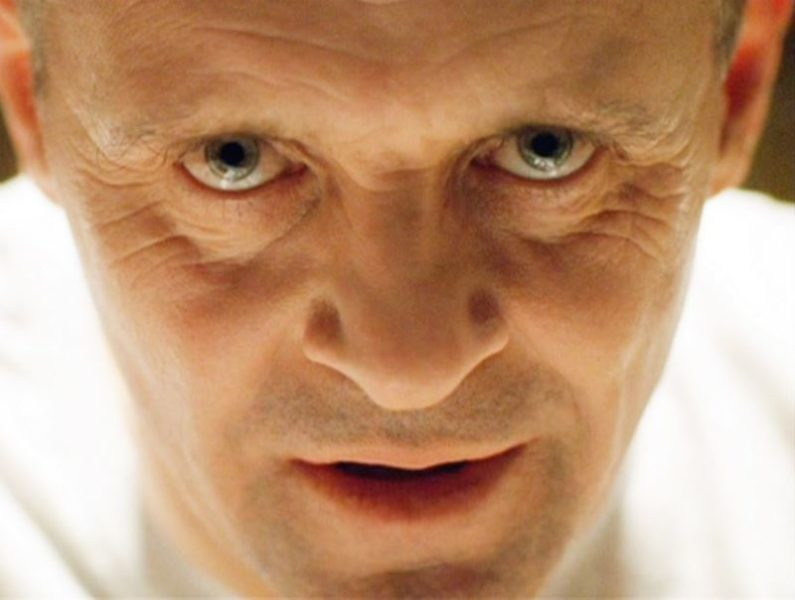 "hannibal anthony hopkins maxw 824 scaled ""IL SILENZIO DEGLI INNOCENTI"": COME CI SI RAPPORTA AD UNA FOLLIA?"