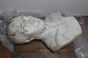 Busto appena recuperato da terra 1 300x200 LA STATUA DEL FILOSOFO DEL BOSCO VECCHIO TORNERA AL SUO POSTO