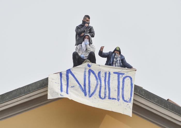 f4c3fddff3338349f1d27d1aad8ad960 RIVOLTE NELLE CARCERI DI TUTTA ITALIA: 20 DETENUTI SAREBBERO EVASI DALLISTITUTO FOGGIANO