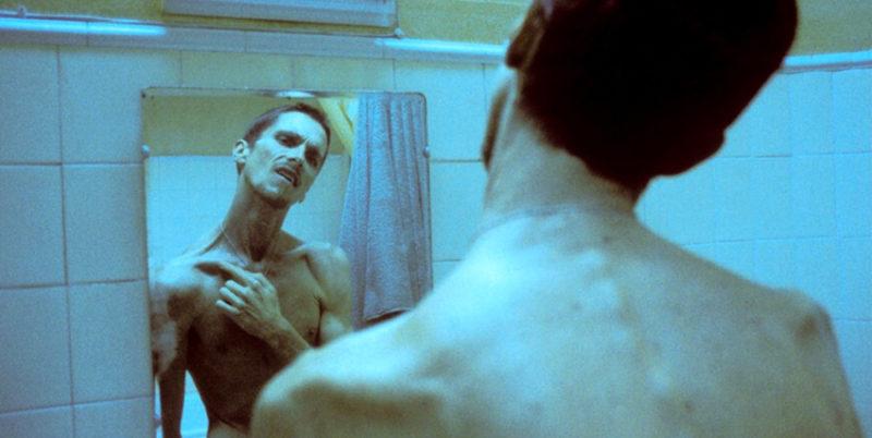 """fr uomo senza sonno film02 scaled """"L'UOMO SENZA SONNO"""": IMMERGERSI IN UN PERENNE STATO DI SEMI COSCIENZA"""