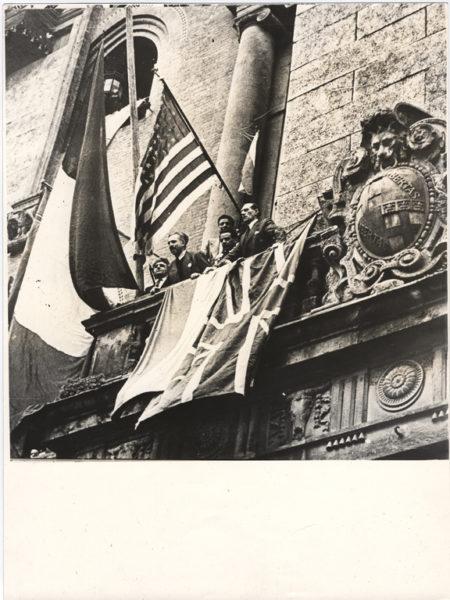 BOLOGNA 21 Aprile 1945. Dal balcone di Palazzo dAccursio parla Gianguido Borghese Ferrero. Alla sua destra Giuseppe Dozza Ducati e alla sua sinistra Antonio  da Storia e memoria di Bologna LA LIBERAZIONE: GLI SCATTI CHE HANNO SEGNATO UNEPOCA
