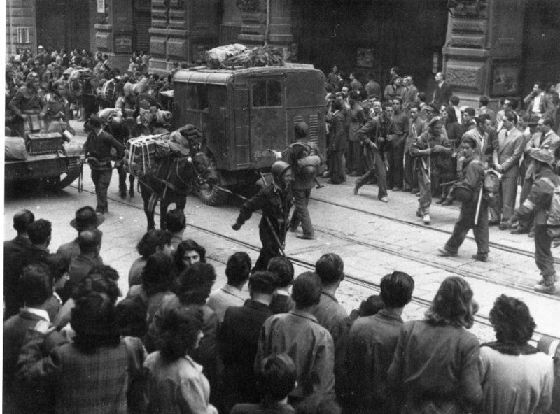 BOLOGNA 21 aprile 1945. Alpini del rinato esercito italiano sfilano in via Rizzoli. Ansaloni  da Storia e memoria di Bologna scaled LA LIBERAZIONE: GLI SCATTI CHE HANNO SEGNATO UNEPOCA