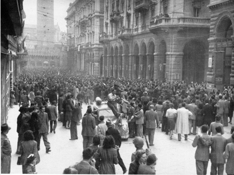 BOLOGNA 21 aprile 1945  da Storia e memoria di Bologna scaled LA LIBERAZIONE: GLI SCATTI CHE HANNO SEGNATO UNEPOCA
