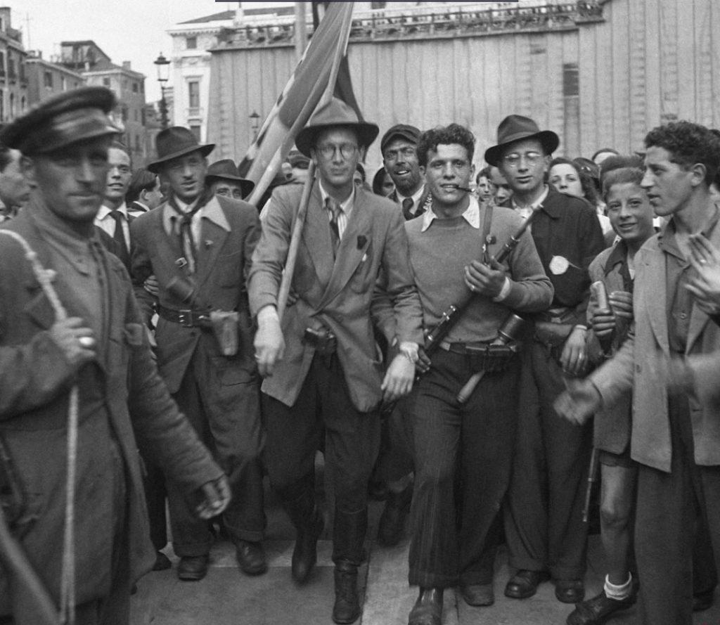 Liberazione di Venezia. Partigiani sfilano in città 1945 1024x889 LA LIBERAZIONE: GLI SCATTI CHE HANNO SEGNATO UNEPOCA