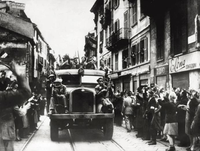 Milano 25 aprile 1945 LA LIBERAZIONE: GLI SCATTI CHE HANNO SEGNATO UNEPOCA