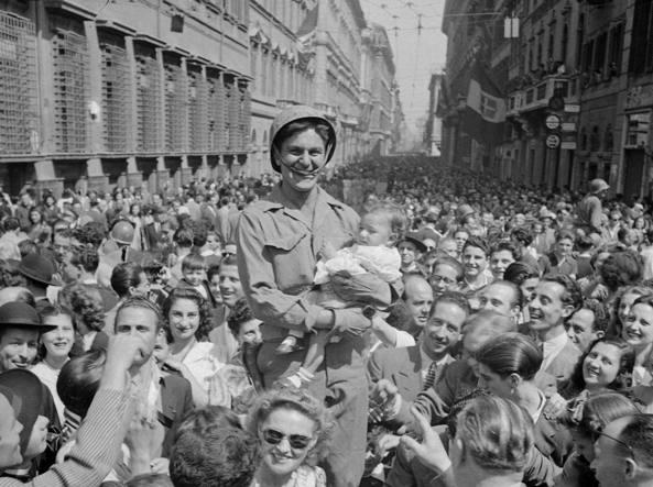 Militare americano prende in braccio un neonato in via del Corso a Roma durante i festeggiamenti per la liberazione della città nel giugno 1944 dal Corriere della Sera LA LIBERAZIONE: GLI SCATTI CHE HANNO SEGNATO UNEPOCA