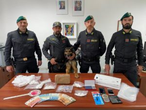 droga 1 300x226 SPACCIO DI COCAINA, ARRESTATO GESTORE BAR A PIETRAMELARA