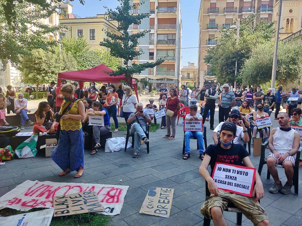 """protesta caserta solidale 1024x768 """"LASCIATECI RESPIRARE"""", IN CENTINAIA IN PIAZZA A CASERTA: MARINO RIFIUTA L'INCONTRO E VA VIA SCORTATO, IGNORANDO LE RICHIESTE!"""