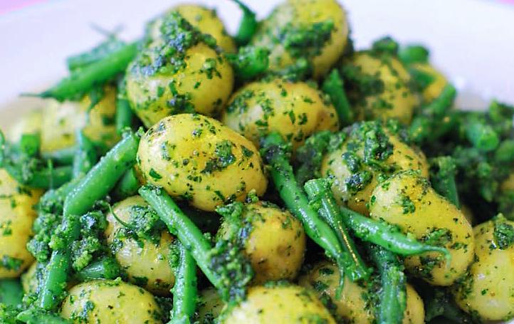 Insalata di patate e fagiolini al pesto UN'ESTATE VEGANA: INSALATA DI PATATE CON PESTO E FAGIOLINI