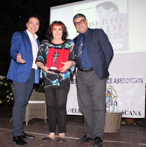 La contessa Patrizia de Blanck con Igor Righetti e Orazio Anania. Le è stato assegnato il Premio Apoxiomeno 2020 nella categoria cultura della legalità scaled PARATA DI STELLE PER LA XXIV EDIZIONE DEL PREMIO INTERNAZIONALE APOXIOMENO
