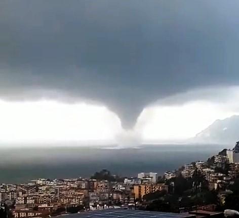 tornado 2 TROMBA MARINA DI ABBATTE SU SALERNO: INGENTI I DANNI, NESSUN FERITO