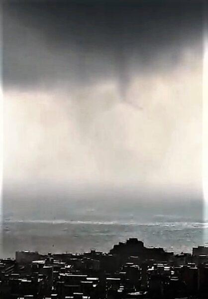 tornado5 TROMBA MARINA DI ABBATTE SU SALERNO: INGENTI I DANNI, NESSUN FERITO
