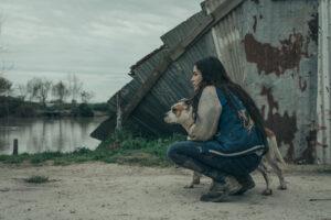 """Maria interpretata da Pina Turco qui con il suo inseparabile cane © Paolo Ciriello 300x200 """"IL VIZIO DELLA SPERANZA"""": LA LOTTA PER AFFERMARE IL DIRITTO ALLUMANITÀ"""