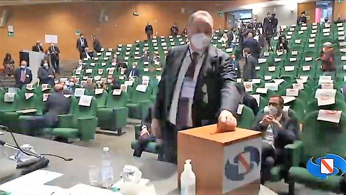Oliviero voto regione REGIONE, SI INSEDIA LXI LEGISLATURA: GENNARO OLIVIERO PRESIDENTE DEL CONSIGLIO