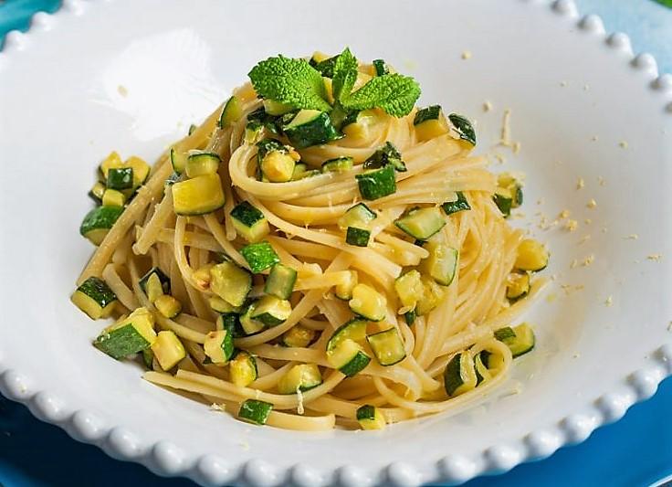 Pasta zucchine limone e menta PASTA CON LIMONE, ZUCCHINE E MENTA
