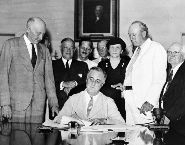 """Il presidente Franklin Delano Roosevelt firma uno dei provvedimenti economici del New Deal scaled JOE BIDEN E IL """"NUOVO AFFARE"""" ROOSEVELTIANO"""