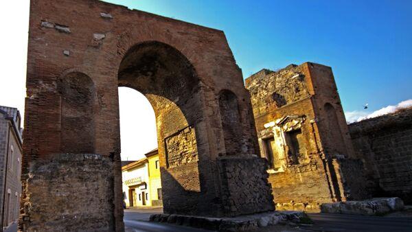 Arco di Adriano Santa Maria Capua Vetere SANTA MARIA C.V.,ARCO DI ADRIANO: APPROVATA PROPOSTA PROGETTUALE PER IL FINANZIAMENTO DELL'ILLUMINAZIONE DEL MONUMENTO