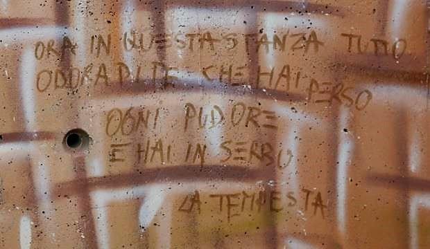 Ora in questa stanza tutto odora di te che hai perso ogni pudore e hai in serbo la tempesta La gente di Napoli Humans of Naples NAPOLI, I MESSAGGI NASCOSTI NEI MURALES DI JORIT