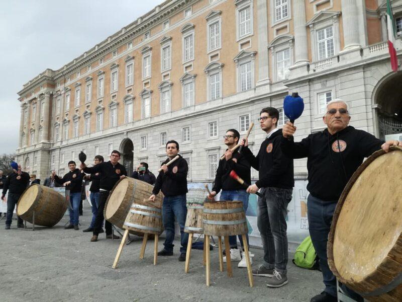 Pastellesse Sound Group alla Reggia di Caserta scaled ESCE A JURNÀTA E SANTANTUONO, IL BRANO DEI PASTELLESSE SOUND GROUP DEDICATO AL POPOLO DI MACERATA CAMPANIA