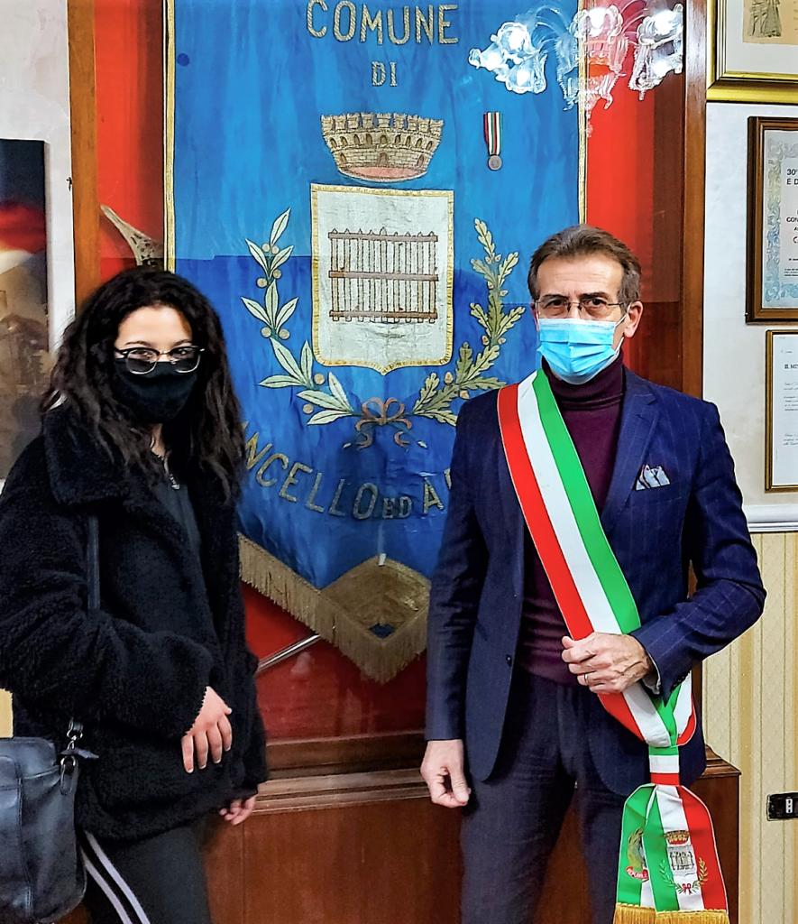 image2 885x1024 IL SINDACO AMBROSCA CONFERISCE LA CITTADINANZA ITALIANA AD UNA GIOVANISSIMA DI ORIGINI TUNISINE