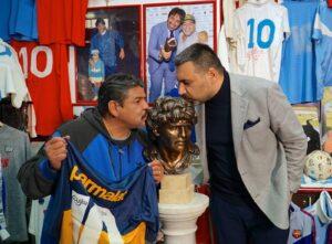 Luise e Ugo Maradona 300x221 CONSEGNATO AL MUSEO MARADONA LA PRIMA STATUA BRONZEA DEL D10S