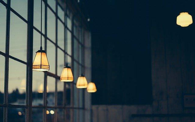 luce casa QUANTO CI COSTANO LE BOLLETTE OGNI ANNO? DATI E DRITTE PER RISPARMIARE