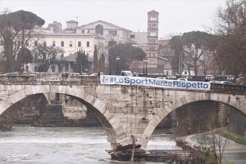 """lo sport merita rispetto 6 1024x683 STRISCIONI SUI PONTI DI ROMA… A UN ANNO DAL LOCKDOWN """"LO SPORT MERITA RISPETTO"""""""