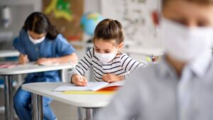 bambini con mascherina a scuola 2 300x169 A CASERTA LA MOSTRA LARTE DI ESSERE BAMBINI