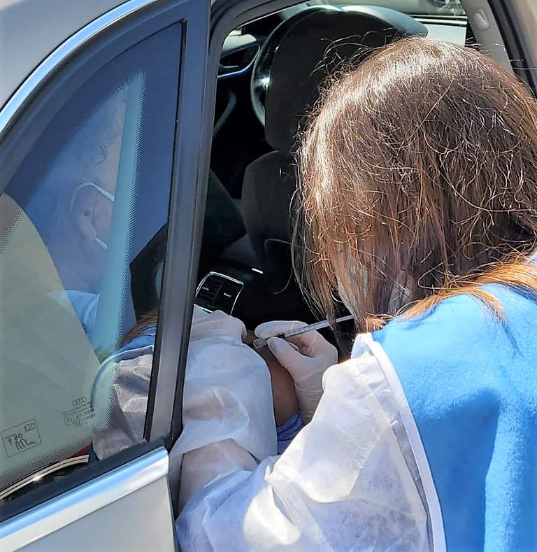 vax2 NAPOLI. POLICLINICO VANVITELLI, VACCINAZIONI IN AUTO PER PAZIENTI FRAGILI NON DEAMBULANTI