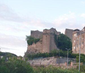 Castello 300x257 SESSA AURUNCA, CITTÀ ABBANDONATA ALL'INCURIA…MENO MALE CHE CI SONO I VOLONTARI