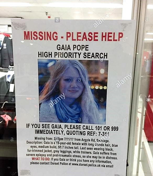 an appeal poster for missing teenager gaia pope in a window of beales khj4km IL FENOMENO DELDENUDAMENTO