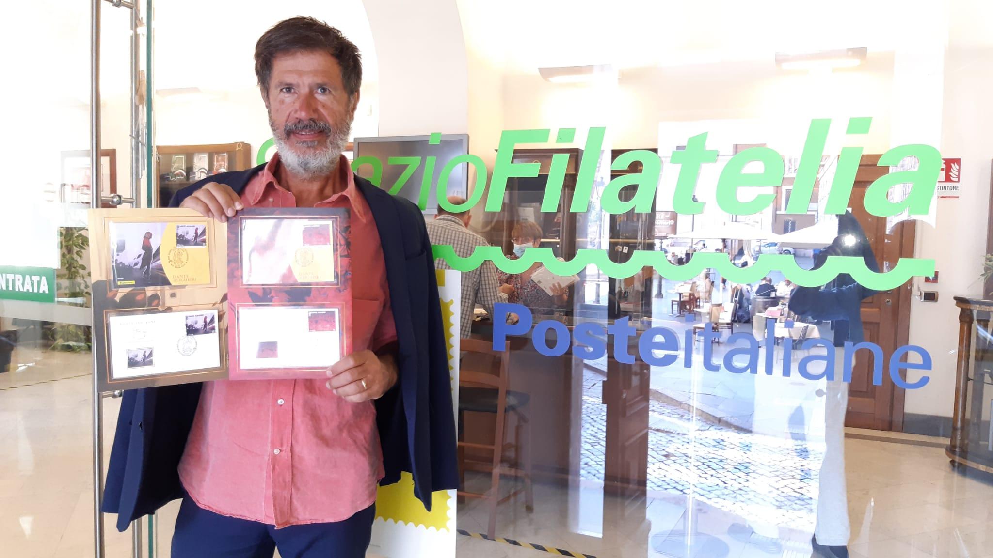 Corrado Veneziano in posa con la serie filatelica dantesca ANNIVERSARIO MORTE DI DANTE ALIGHIERI: EMESSO IL FRANCOBOLLO DEDICATO ALLA DIVINA COMMEDIA