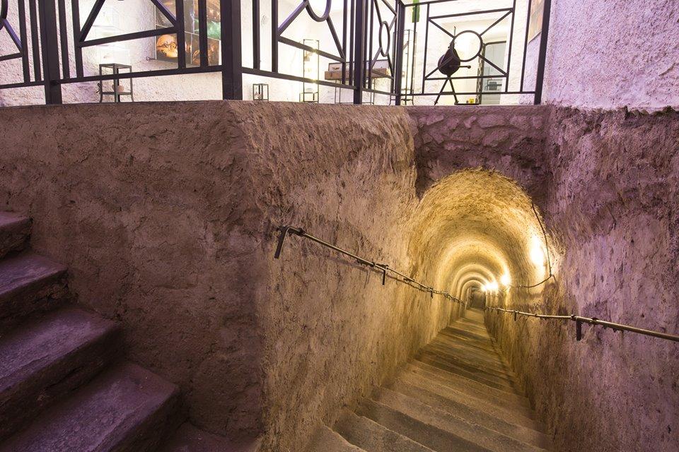Scala di accesso al rifugio antiaereo di palazzo serra di cassano Via delle Memorie NAPOLI, IL CONCERTO AL BUIO NELLA GALLERIA BORBONICA